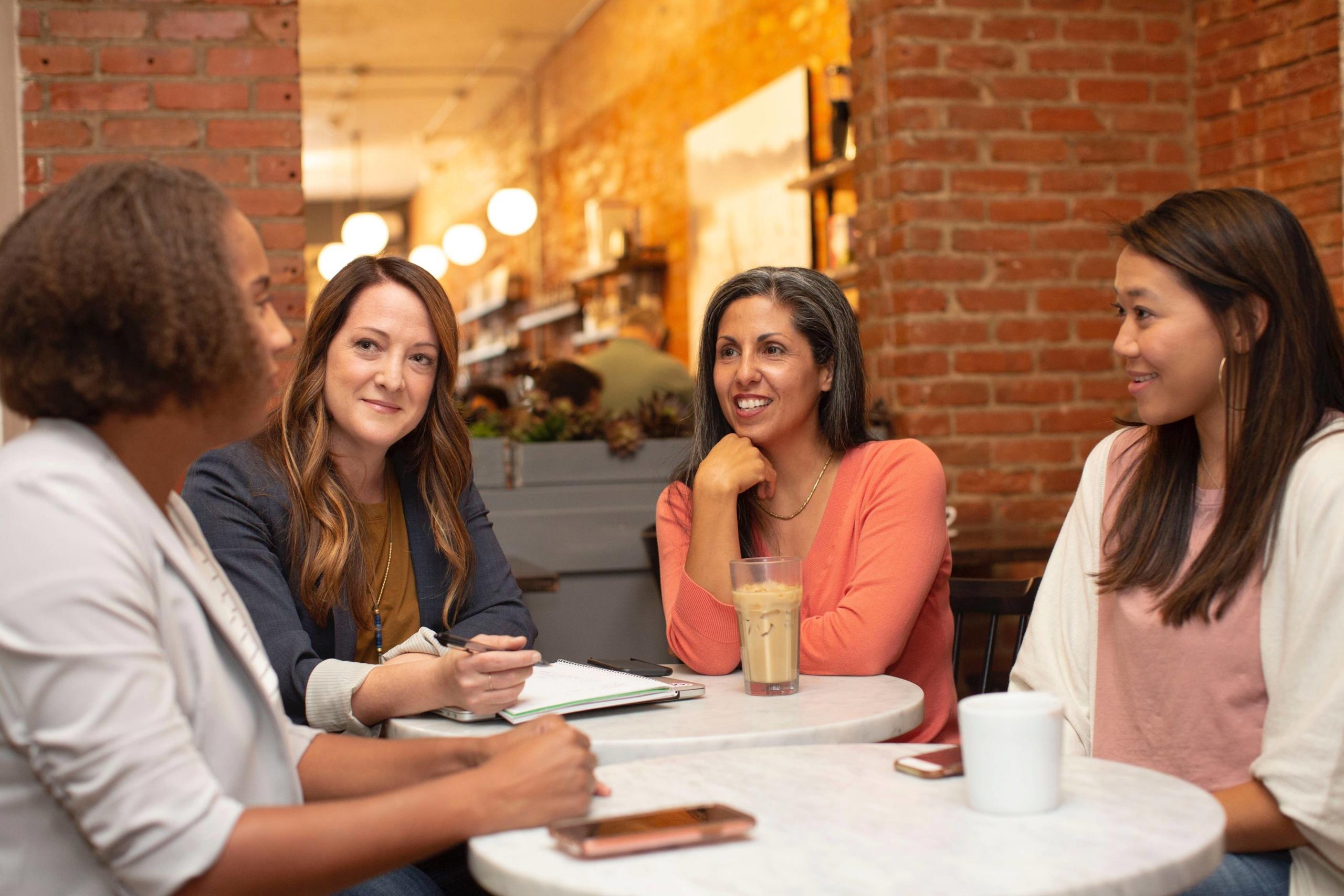 Un groupe de professionnel est réuni autour d\'un café pour se rencontrer