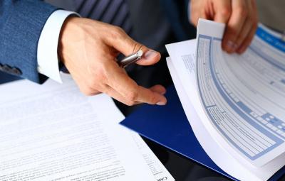 Deux mains en action prennent un document