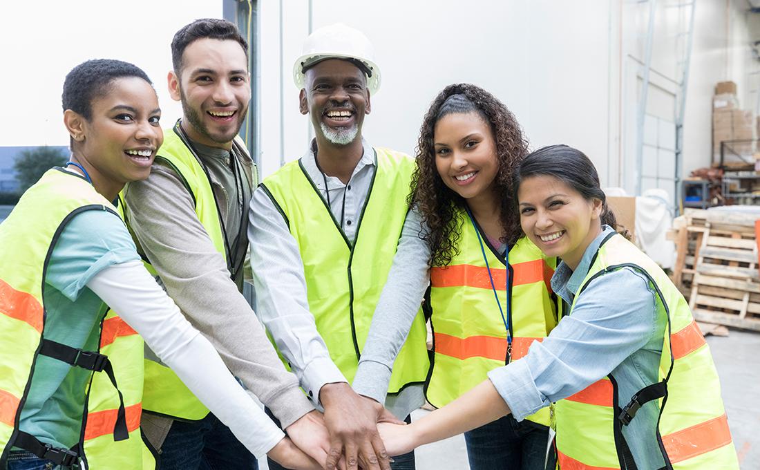 Salariés mains dans la mains avec gilet jaune