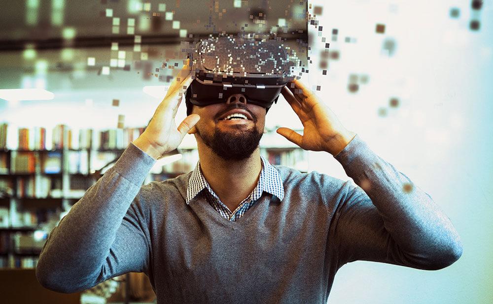 Un homme content porte un masque de réalité virtuelle.