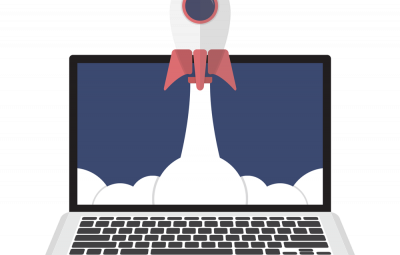 Image d'une fusée qui décolle dans un ordinateur. Un main appuie sur un bouton à côté.
