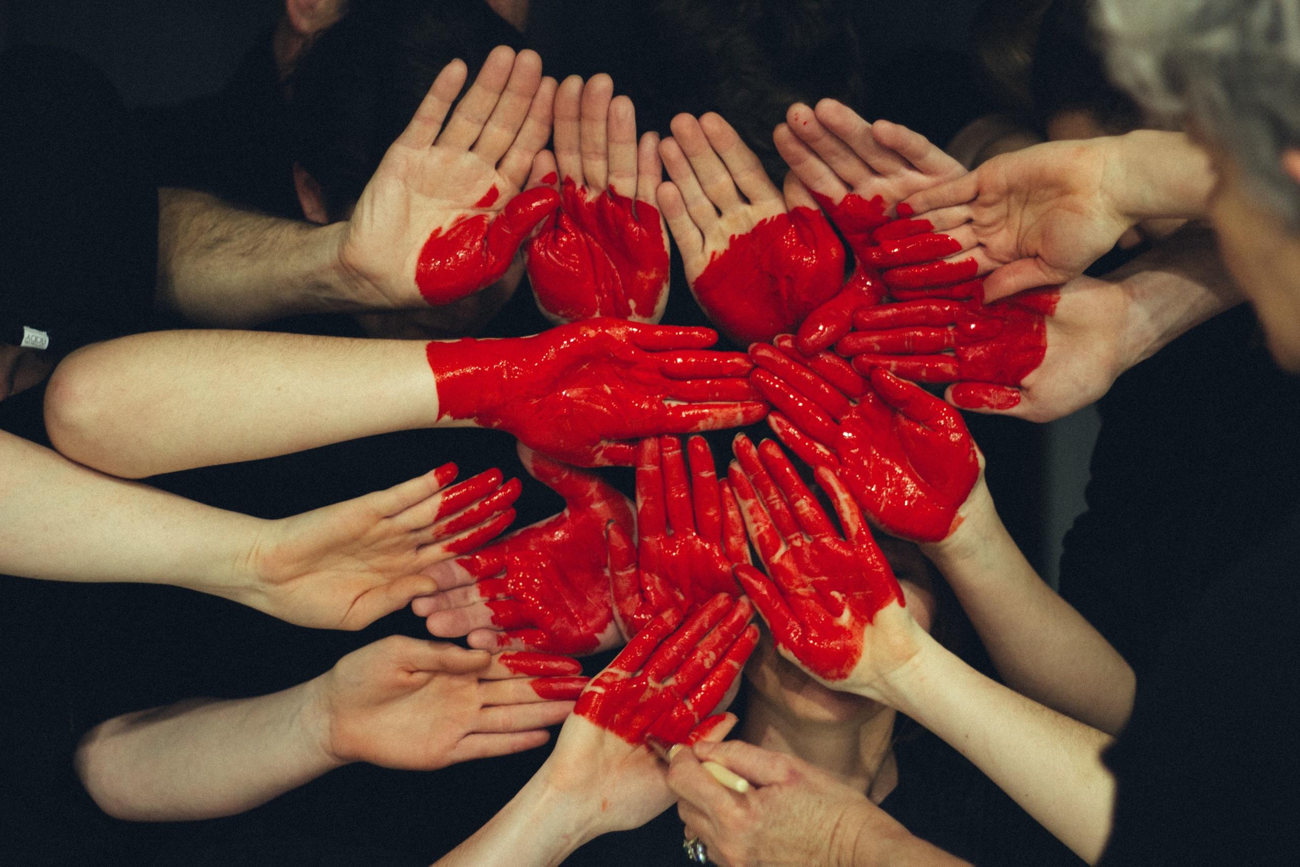 Plusieurs mains rapprochées forment un cœur