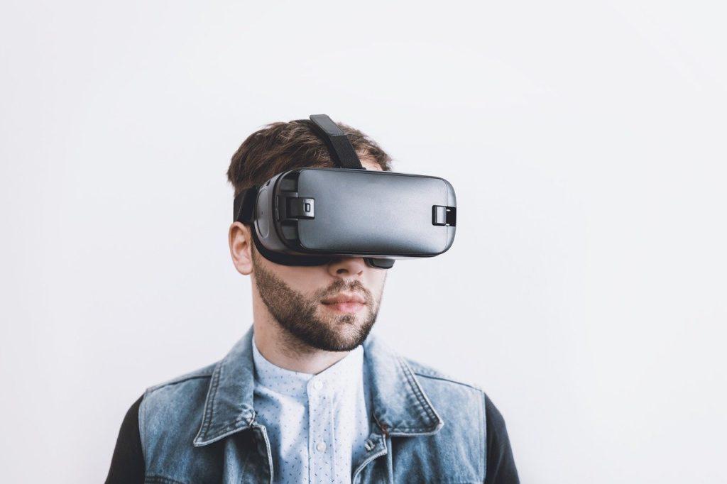photo d\'un homme portant un casque de réalité virtuelle